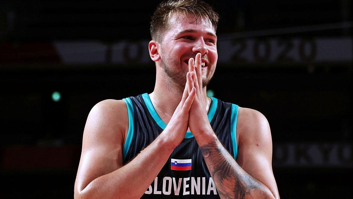 Luka Doncic somriu en una imatge del partit d'Eslovènia.  brian snyder/reuters