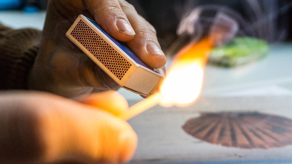 La víctima asegura que su amigo le roció con gasolina y le quemó con una cerilla.