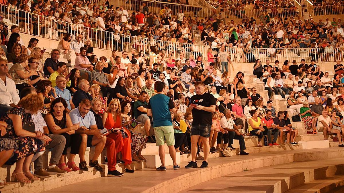 Público asistente a una de las representaciones de Sagunt a Escena, en el Teatro Romano. | LEVANTE-EMV