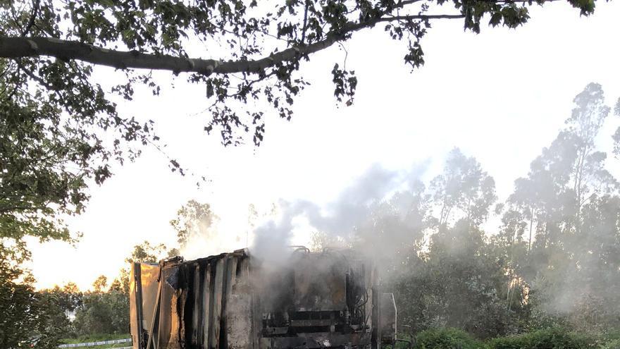 Un fuego destruye un camión de la basura en el parque de Bens