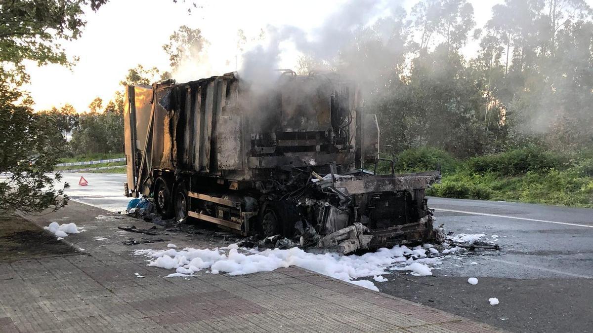 Un camión de basura se incendia en A Coruña