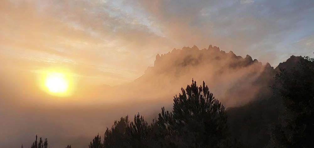 Sortida del sol a Montserrat.