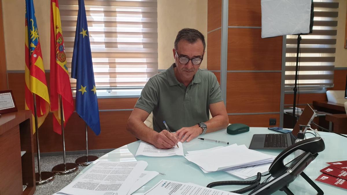 Robert Raga, presidente del consorcio, firma el convenio.