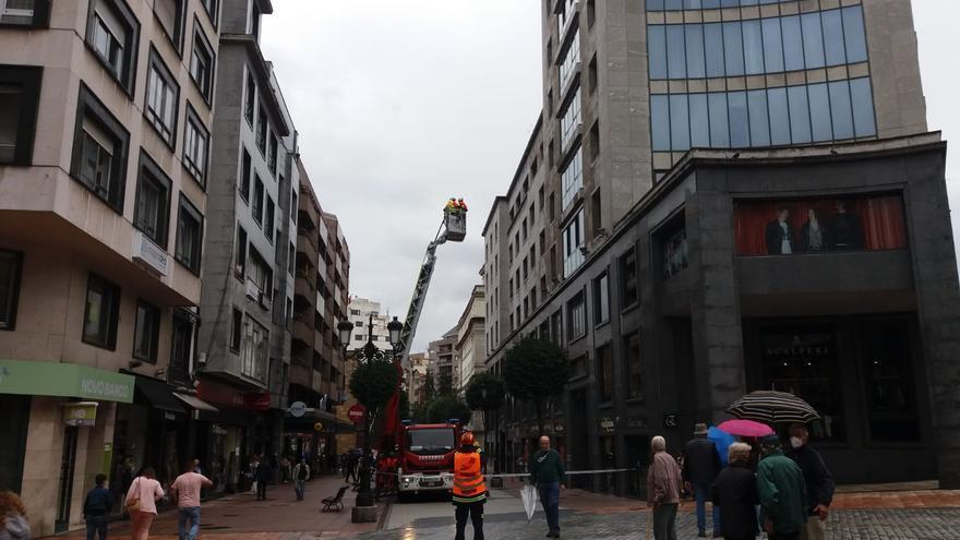 Los bomberos hacen prácticas en el edificio de La Jirafa de Oviedo