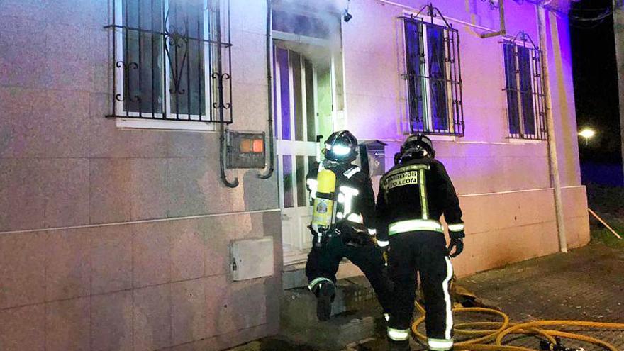 Un incendio calcina una vivienda en León