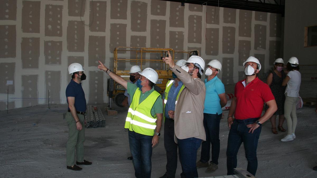 Diego José Mateos y Francisco Morales junto a los técnicos de las obras.
