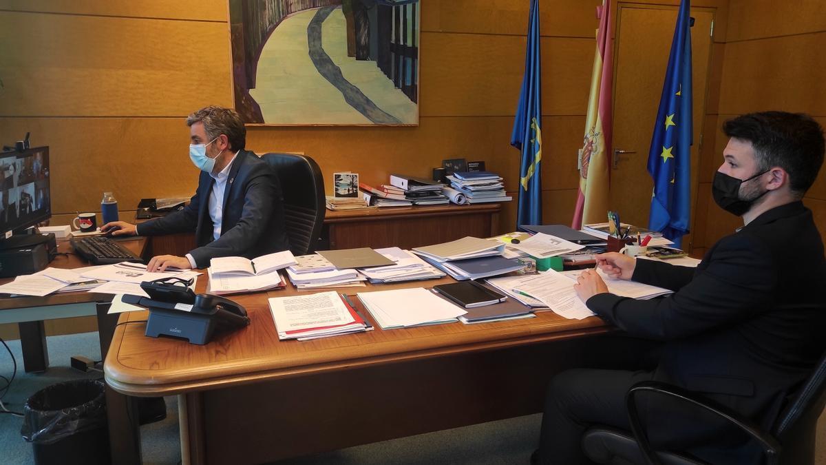 Alejandro Calvo frente al ordenador, junto con Jorge García durante el consejo de Zalia, que se celebró por videoconferencia.
