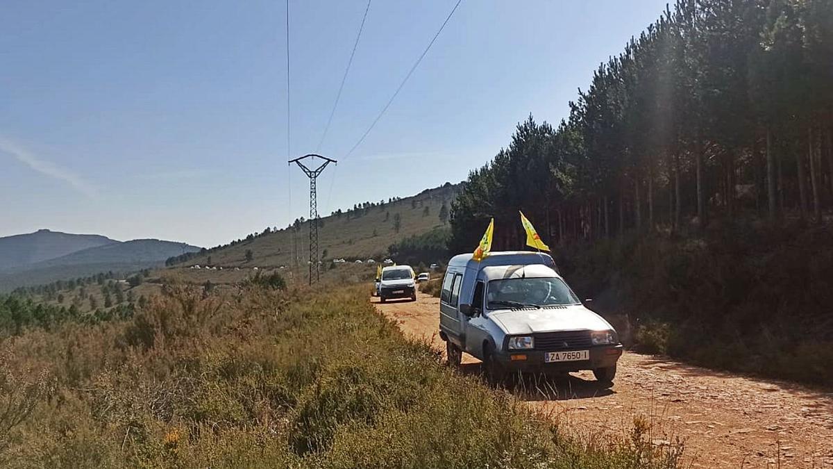 La caravana recorre la pista forestal entre Boya y Linarejos, en la Sierra de la Culebra. | COAG