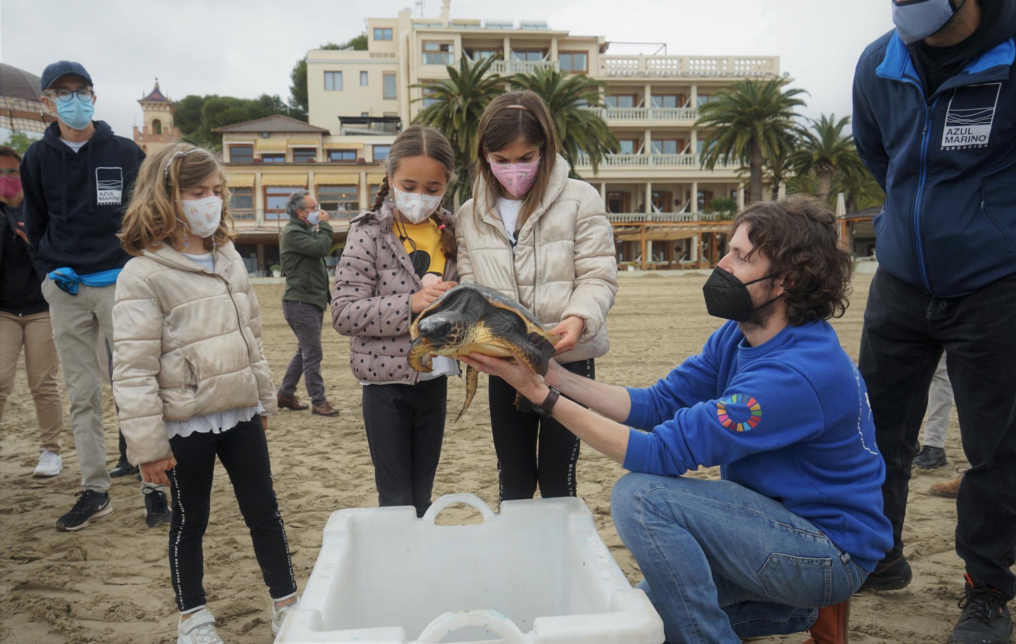 José Luis Crespo muestra una de las tortugas marinas antes de ser soltada al mar.JPG