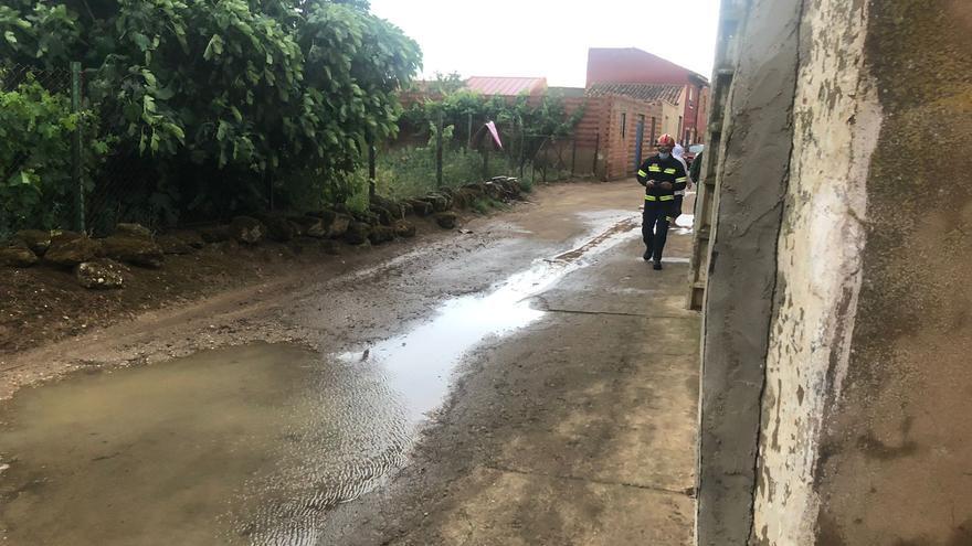 VÍDEO | Las tormentas de las últimas horas anegan una vivienda en Villanueva del Campo