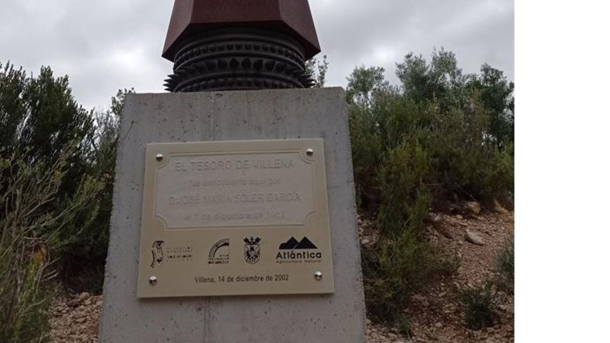 Villena repone la placa del monolito del Tesoro de Villena robada en 2002