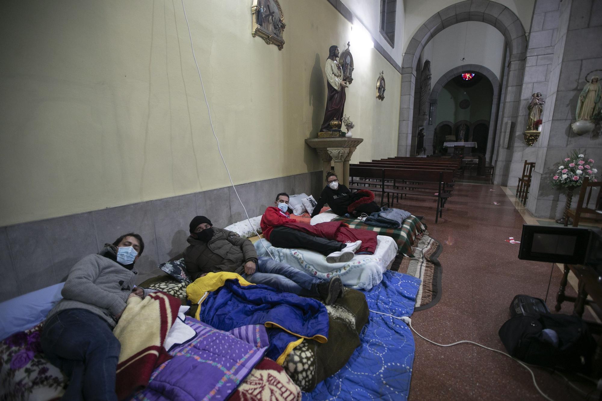 Encierro de trabajadores de ATN Nalón en la iglesia de El Entrego