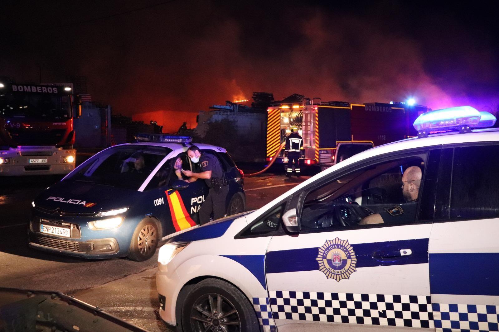 Arde una empresa de palets de madera en la Cañada del Fenollar