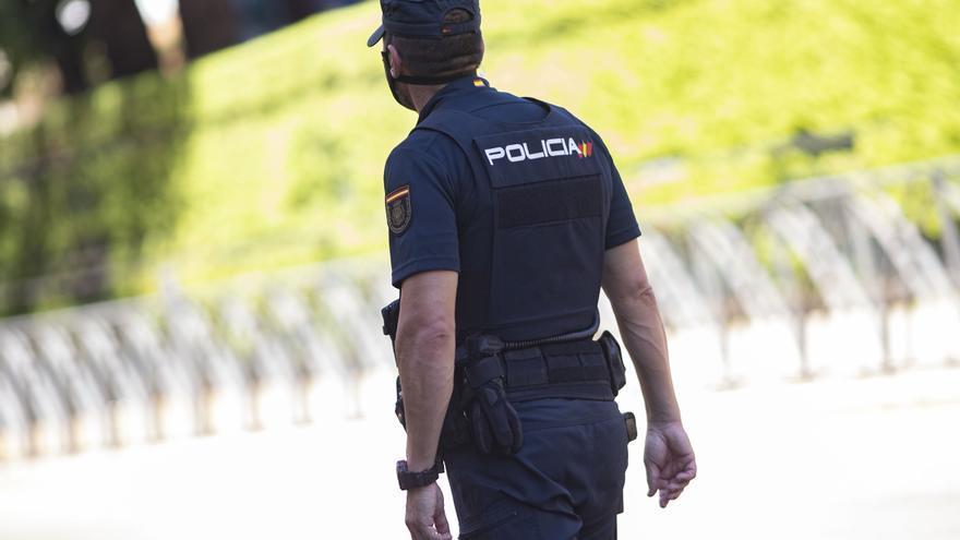Arrestado tras enfrentarse a los viandantes y lanzar una piedra contra un coche patrulla en Arrecife