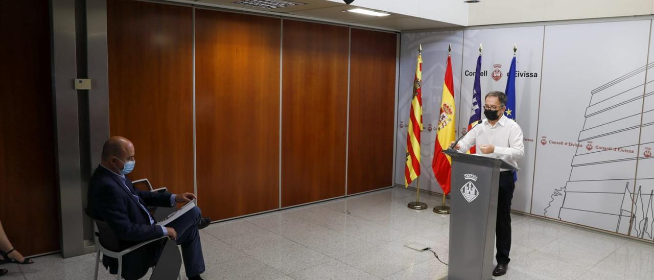 El conseller de Movilidad y Vivienda, Josep Marí Ribas, y el presidente del Consell de Ibiza, Vicent Marí, durante la rueda de prensa.