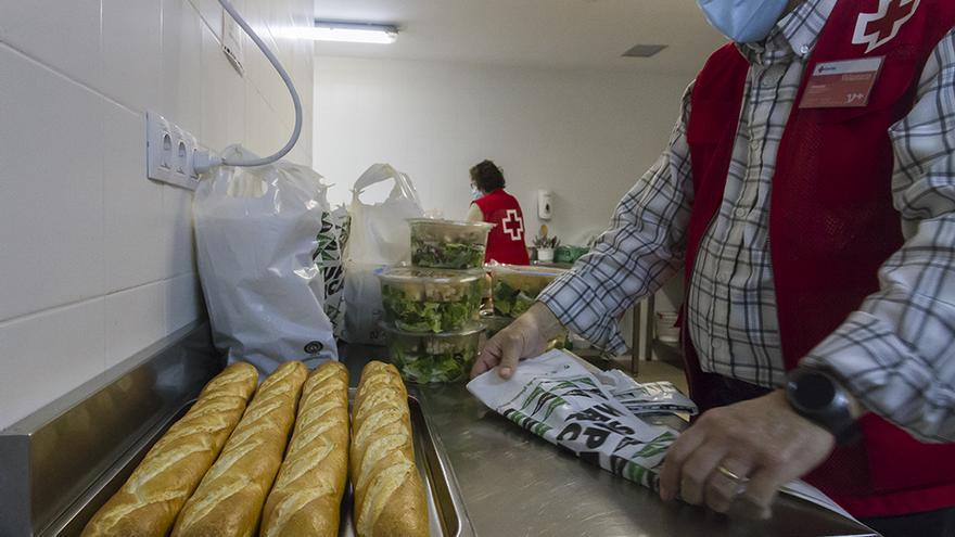 Cruz Roja ha llevado comida a 148 personas sin hogas este invierno