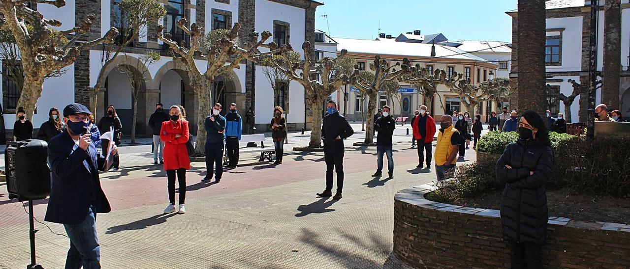 Manuel Vidal, a la izquierda, durante la lectura del manifiesto en la plaza del Consistorio tapiego, ayer. | T. Cascudo