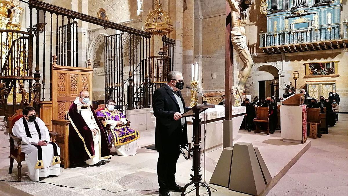 David Rivas lee el Manifiesto dedicado al Cristo del Amparo en La Colegiata de Toro. | M. J. C.