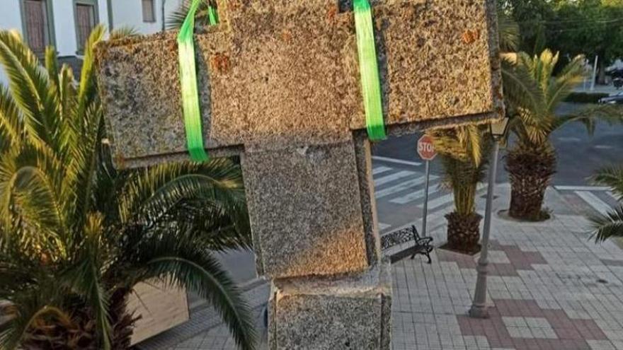 Casar de Cáceres retira la Cruz de los Caídos y la instala en el cementerio
