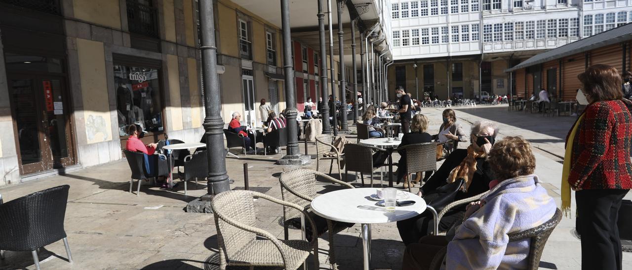 Ambiente en terrazas de hostelería de la plaza Hermanos Orbón.