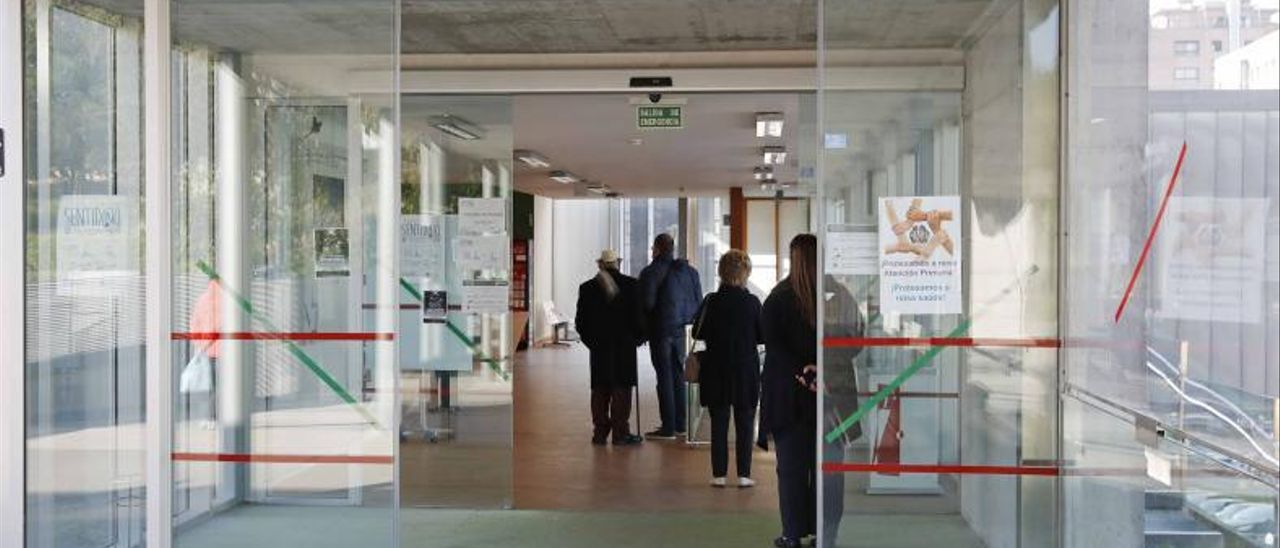 Colas en el interior de un centro de salud