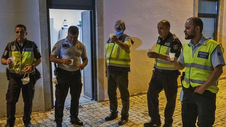 Un grupo de agentes españoles y portugueses realiza un pequeño brindis tras el fin del control en la frontera entre San Martín del Pedroso y Quintanilha.