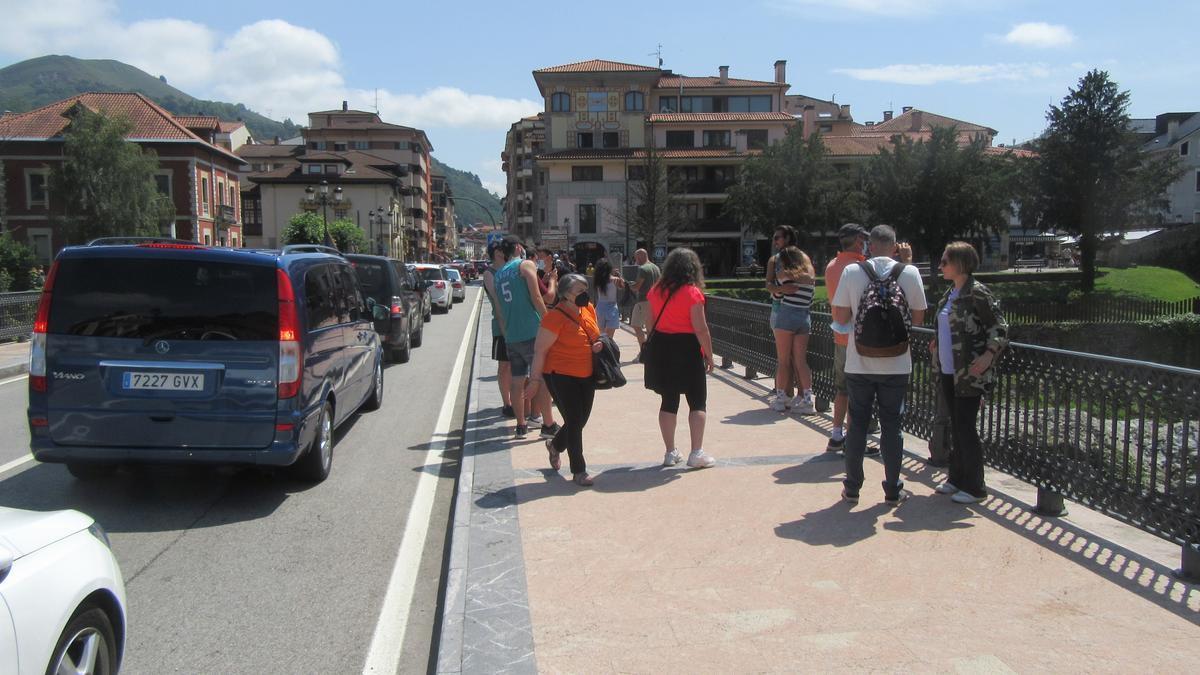 Turistes per Cangues d'Onís.