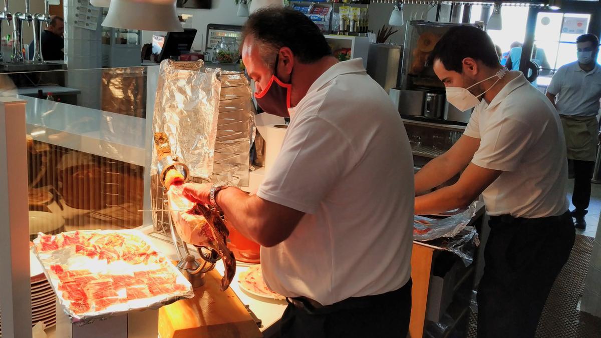 Profesionales de la hostelería en un restaurante de Monesterio