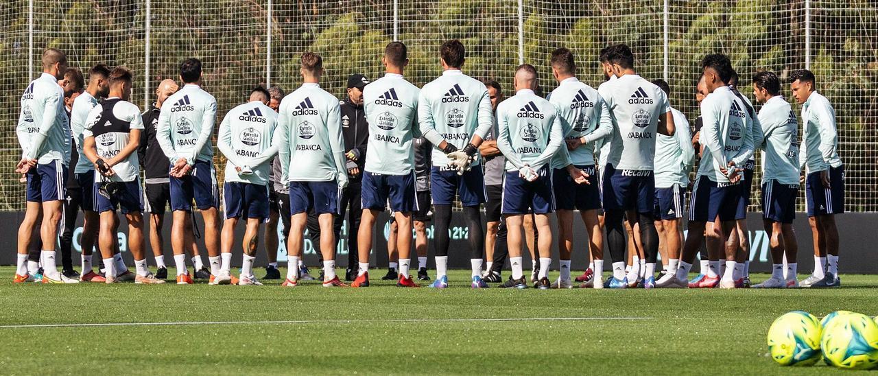 El entrenador del Celta, Eduardo Coudet (en el centro de la imagen), arenga  a sus jugadores durante el entrenamiento vespertino del pasado sábado en Mos.