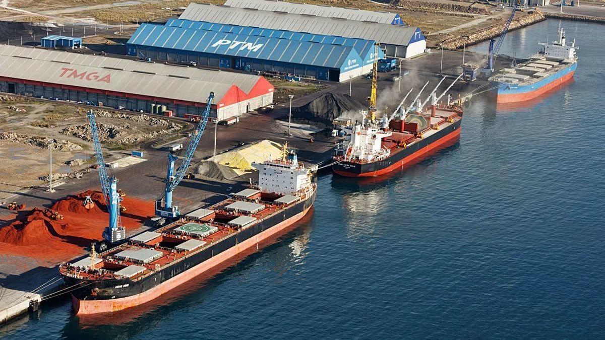 Buques mercantes, en el muelle principal del puerto exterior de A Coruña.