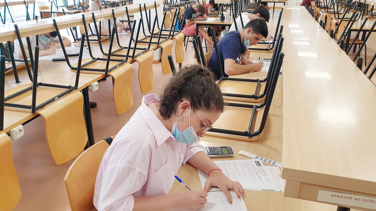 Universitarios realizan un exámen.
