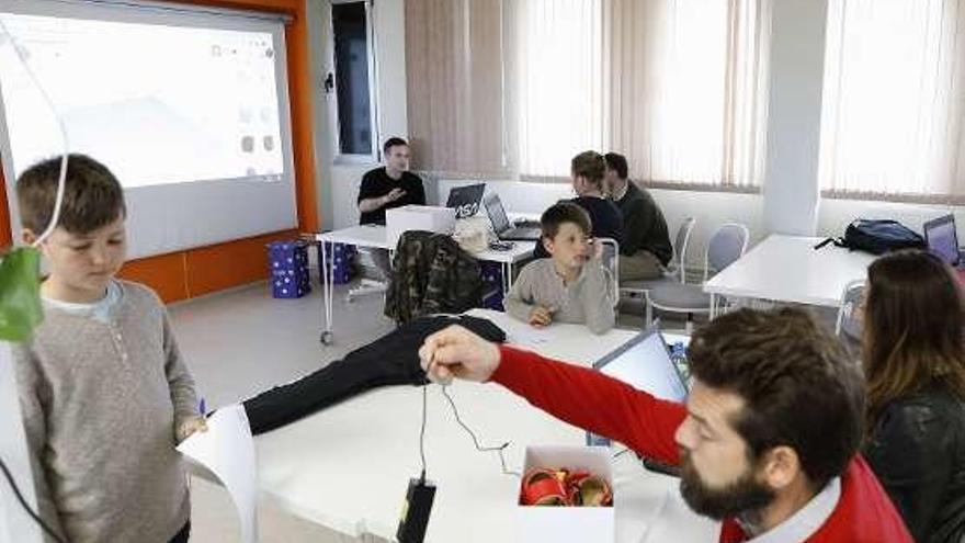 Niños y familias avanzan en el espacio Medialab en el diseño de prótesis