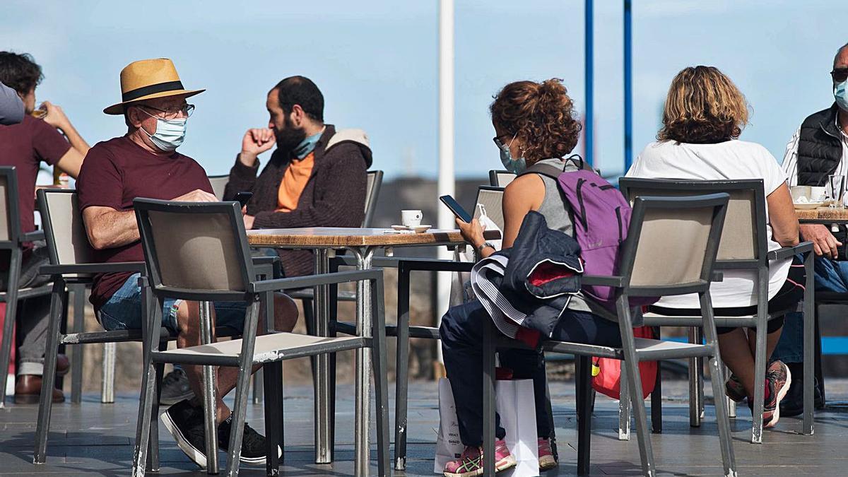 Un grupo de personas disfrutan de una terraza en Puerto de la Cruz.