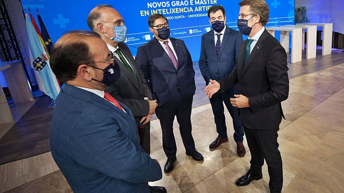 Los tres rectores con el presidente de la Xunta y el conselleiro de Educación tras sellar el acuerdo. |   // FDV