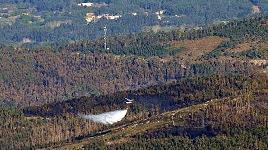 Feijóo sostiene que la ola de fuegos es intencionada y avisa del efecto del nordeste