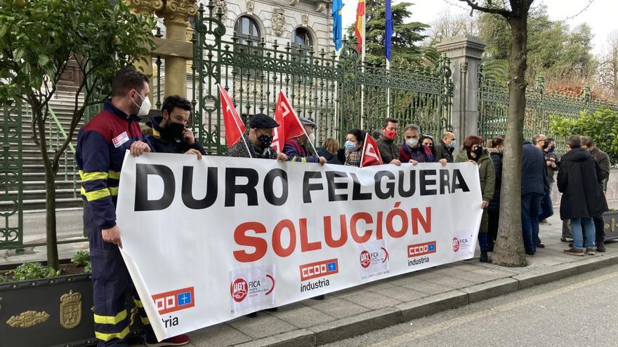 """Los trabajadores de Duro Felguera se concentran frente a la Junta: """"Nuestro futuro pasa por un inversor, ya no podemos esperar más"""""""