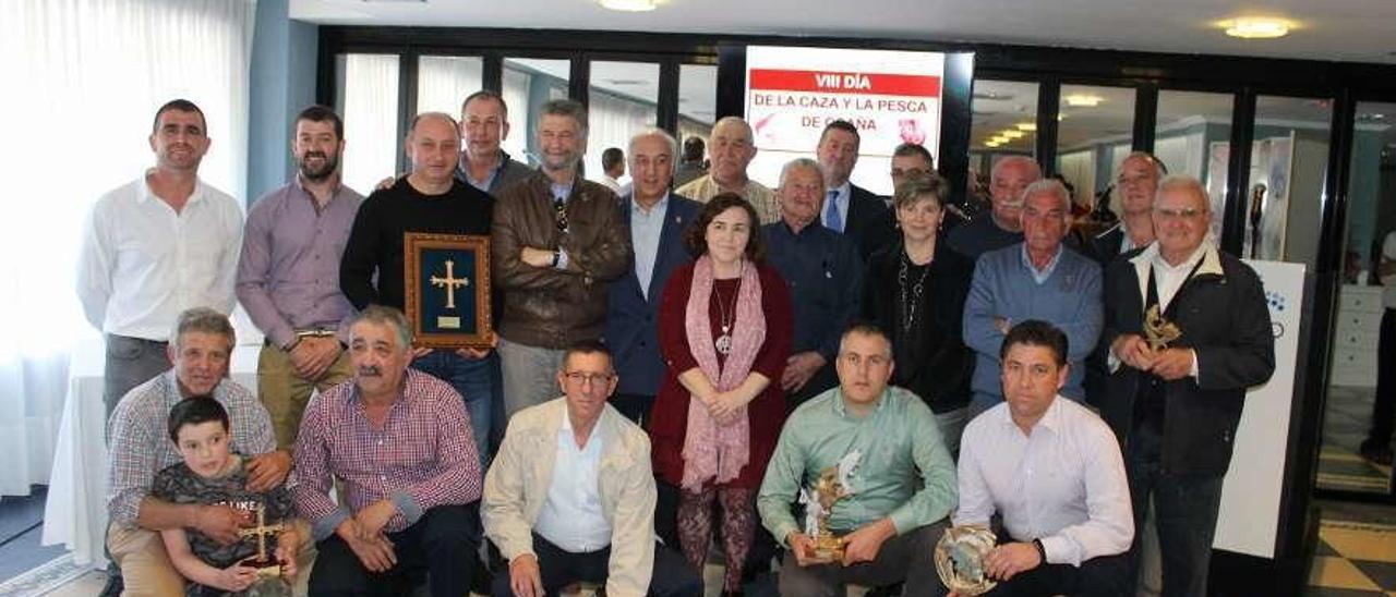 Foto de familia con los premiados, los alcaldes de la comarca y los organizadores.