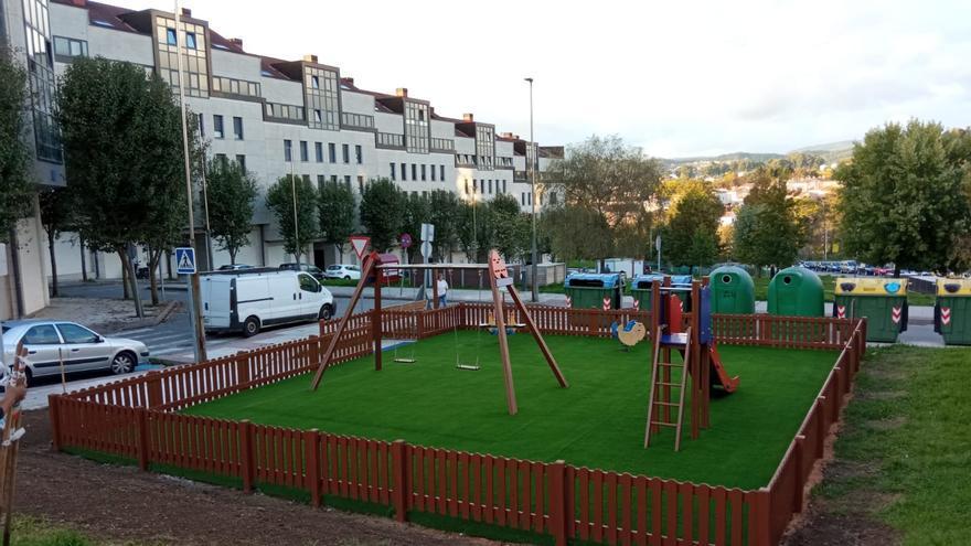 Finaliza la renovación del parque infantil de la Praza das Regas