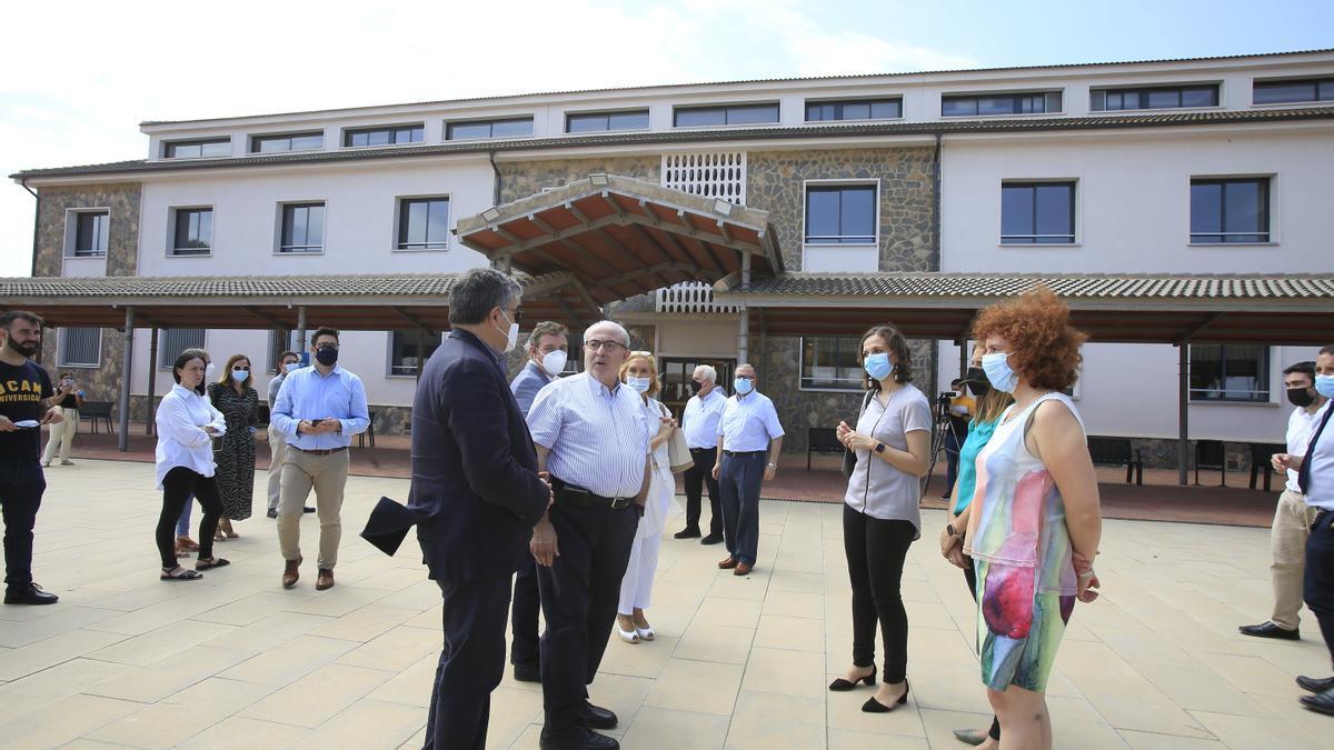 El presidente de la UCAM, José Luis Mendoza, durante una visita al edificio de donde se impartirá el grado de Medicina.