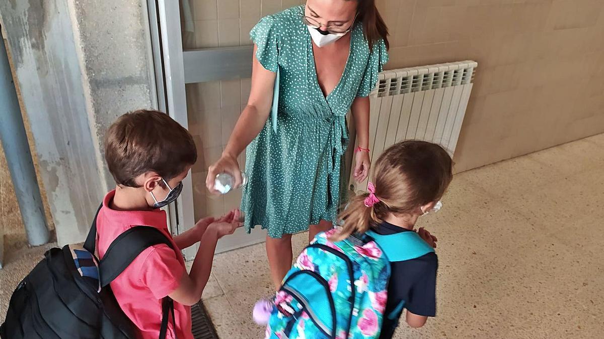 Escolares entrando con mascarilla en el colegio.