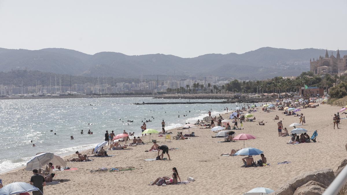 La playa de Can Pere Antoni, en Palma, hoy al mediodía