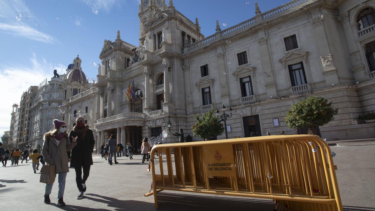 La plaza del Ayuntamiento de Valencia prepara el dispositivo de Nochevieja en el día con récord de muertes en coronavirus.