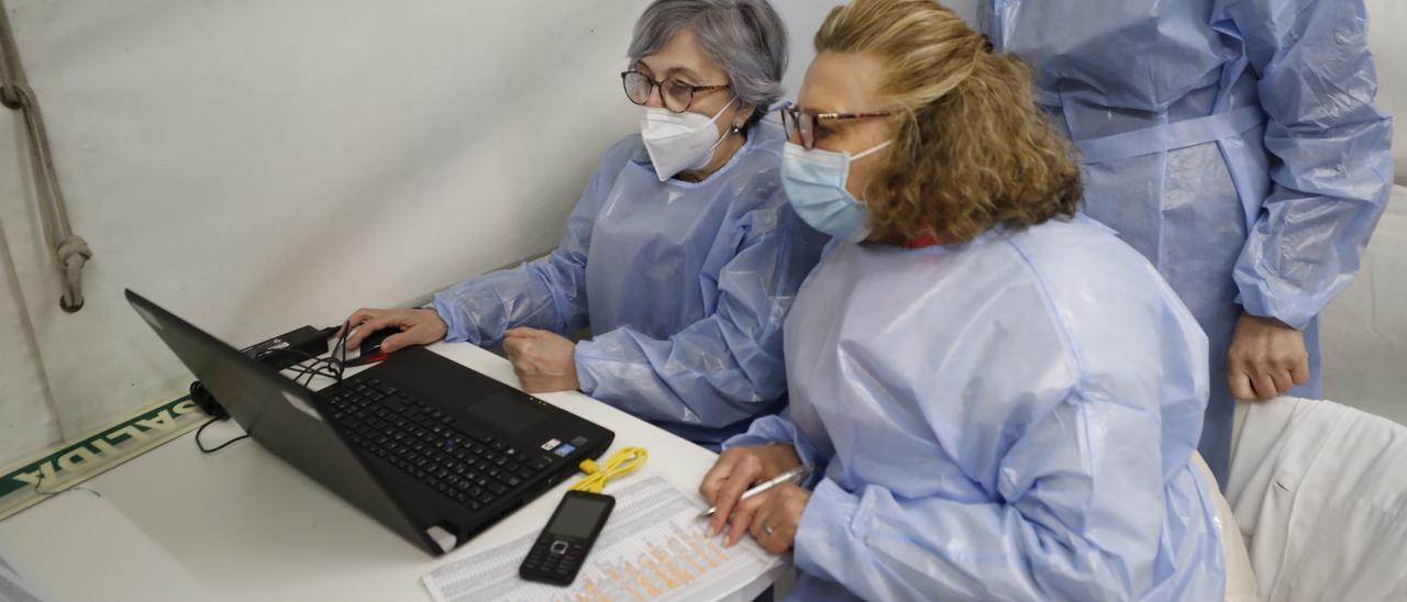 Las enfermeras Julia Fernández y Gloria Herías, ambas ya jubiladas y ahora reincorporadas para la campaña de vacunación.