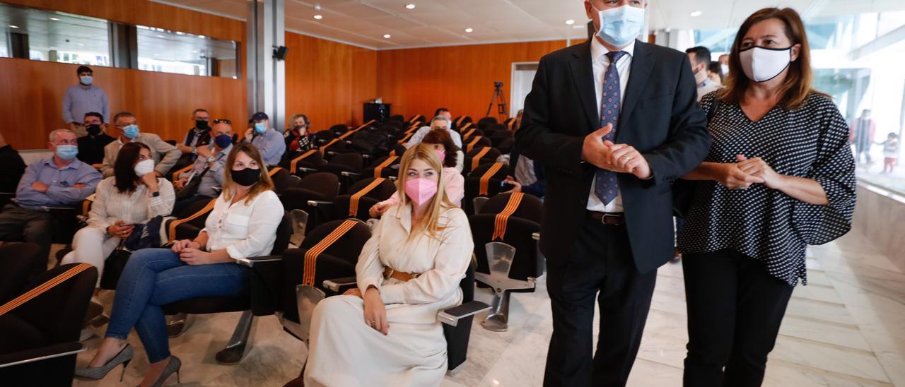 Francina Armengol y Vicent Marí llegan a la reunión con los empresarios en el Consell de Ibiza.