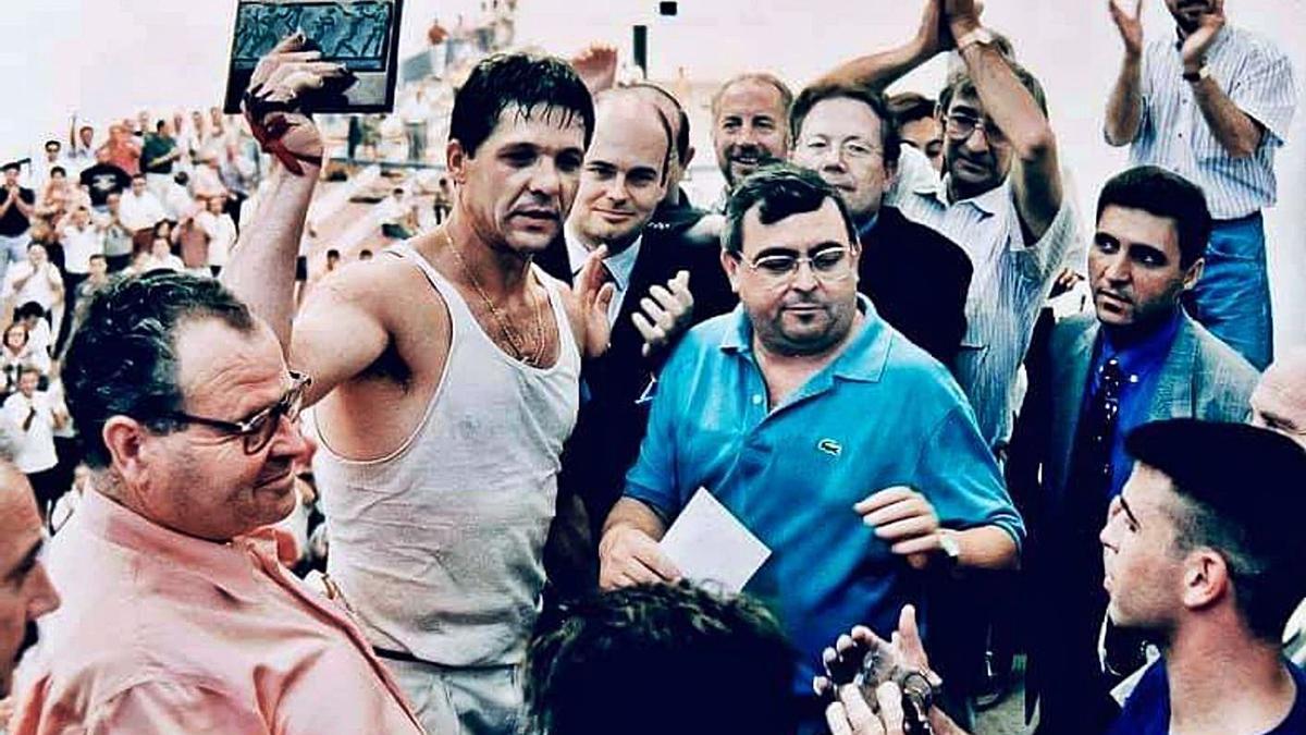 El Genovés levanta el trofeo que ganó en la partida del siglo, el 9 de julio de 1995 en Sagunt. | ARCHIVO LEVANTE-EMV