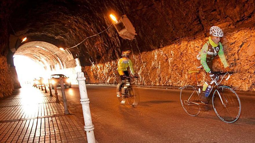 Los desprendimientos en la bóveda obligan a cerrar el túnel de Arnao