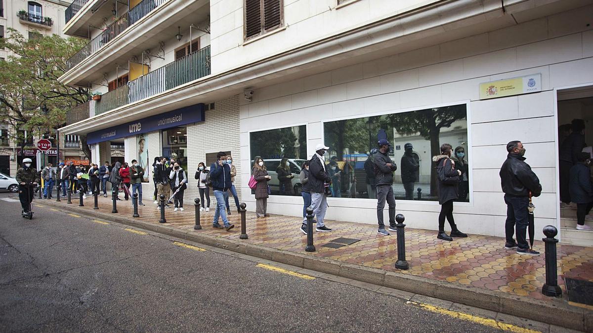 Colas frente a la comisaría situada en la calle Hospital de València, ayer por la mañana.  | FERNANDO BUSTAMANTE