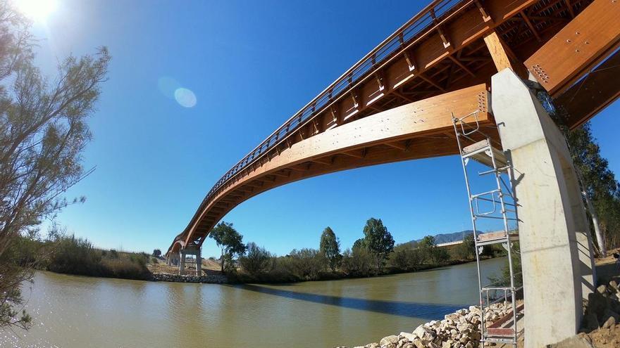 La pasarela de madera del Guadalhorce estará lista para su apertura este mes