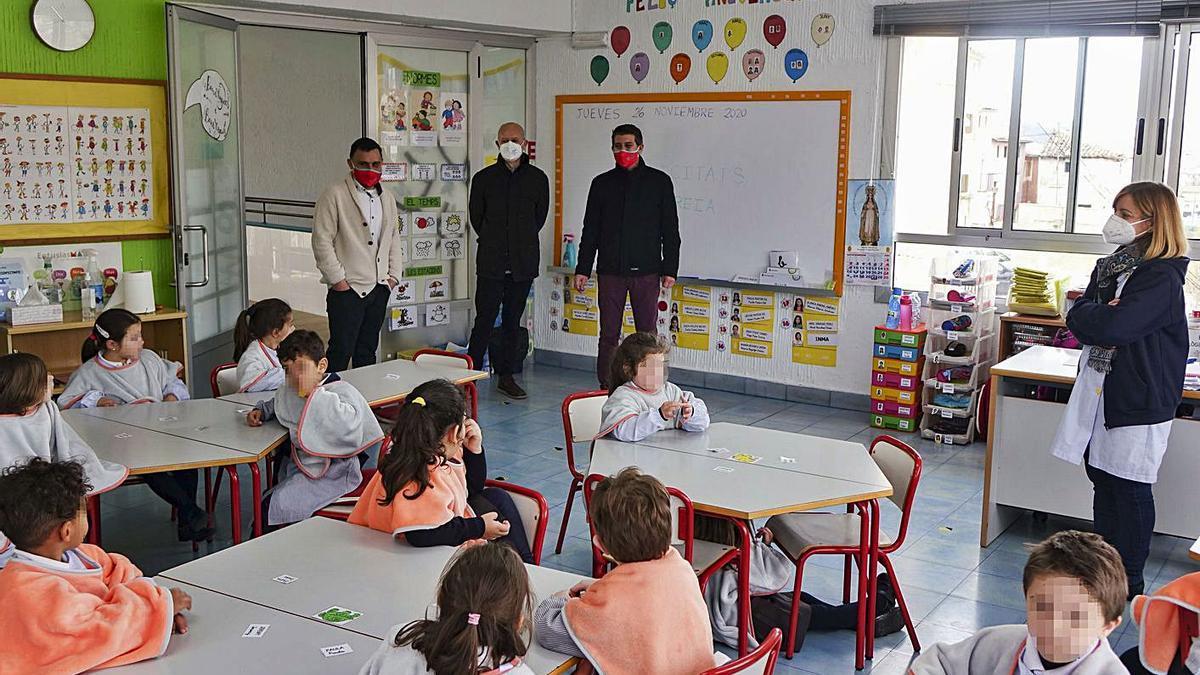 Alumnos de Infantil de Ontinyent con la «mantaescola» para combatir el frío. | LEVANTE-EMV