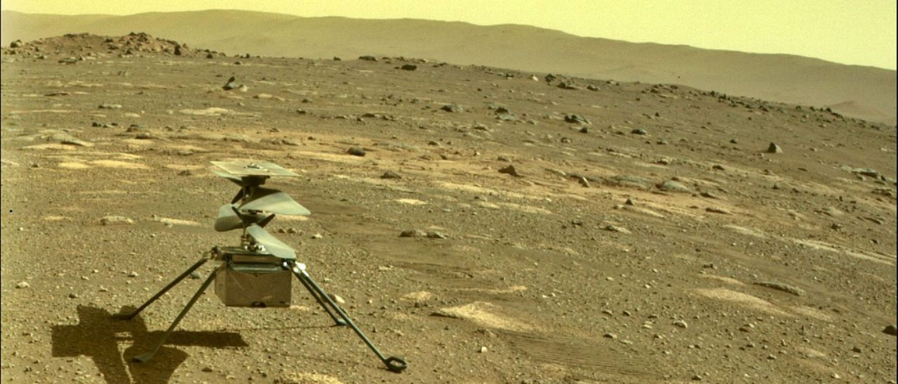 """El helicóptero """"Ingenuity"""", en la superficie de Marte."""